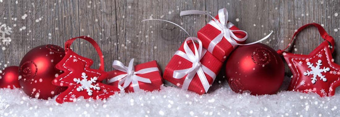 Weihnachten mit Geschenken und Kugeln